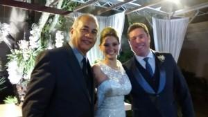 Na foto Túlio de Pinho, à direita com os noivos Priscilla e Wagner logo após a cerimônia.