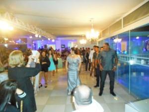 Momento descontração da festa com a abertura da pista de dança com parentes e amigos da debutante.