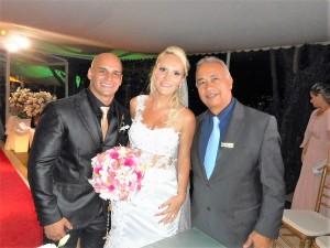 Na foto os noivos e Túlio de Pinho à esquerda.