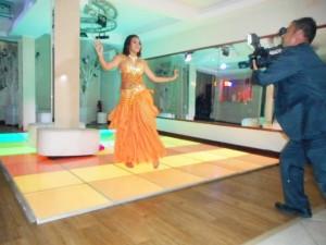 Na foto a debutante dançando a dança do ventre ao final da apresentação do cerimonial.