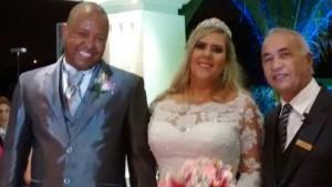 Na foto os noivos Thiago e Bianca e Tulio, a direita.