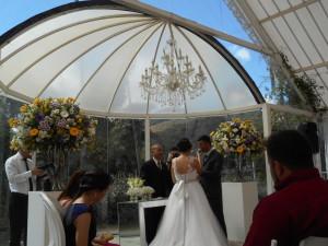 Um dos momentos da cerimônia com Túlio e os noivos embaixo do gazebo especialmente colocado para a cerimônia no lado externo do Castelo Itaipava.