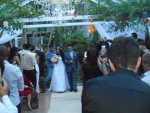 Na foto o momento emocionante da noiva entrando com seu pai.