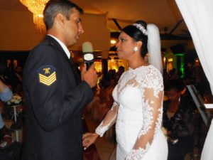Na foto o noivo Andre fal<script type=