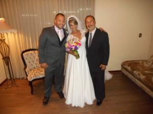 Foto dos noivos com Túlio de Pinho logo após a cerimônia.