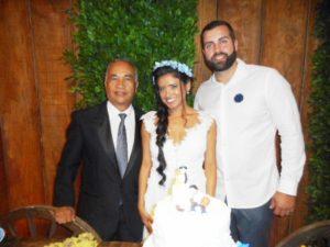 Na goto Túlio de Pinho, a esquerda com os noivos Marcella e Dustin.