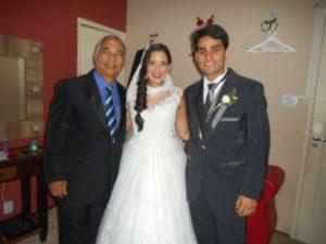 Foto Túlio à esquerda com noivos logo após a cerimônia.